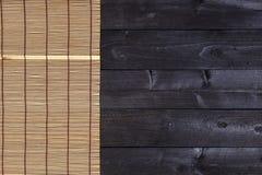 寿司的竹席子在木背景 与拷贝空间的顶视图 免版税库存图片