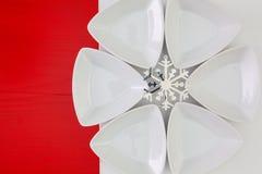 寿司食物和圣诞节装饰的陶瓷碗在向求爱 免版税库存照片