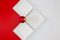 寿司食物和圣诞节装饰的陶瓷碗在向求爱 免版税库存图片