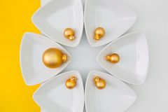 寿司食物和圣诞节装饰的陶瓷碗 免版税库存照片