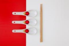 寿司食物的陶瓷匙子和竹筷子 库存照片