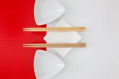 寿司食物的陶瓷碗和竹筷子 免版税库存图片