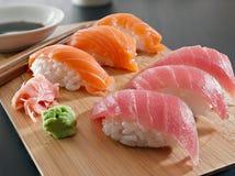 寿司-三文鱼和金枪鱼nigiri 库存图片