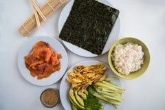 寿司-在板材的不同的成份准备并且准备了 免版税库存图片