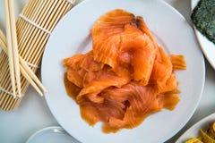寿司-在盘准备的三文鱼 免版税库存图片