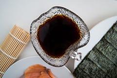 寿司-在碗的酱油和为寿司准备 库存图片