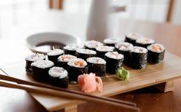 寿司-金枪鱼和三文鱼maki卷。 库存照片
