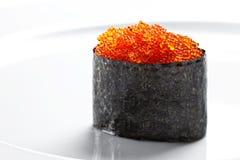 寿司gunkan用在白色背景的鱼子酱 库存照片