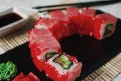 寿司maki在黑板岩,日本海鲜设置了 库存图片