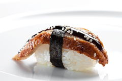 寿司nigiri用在白色背景的熏制的鳗鱼 免版税库存图片