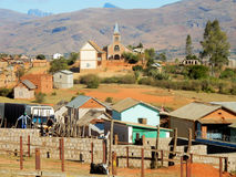 封牛市场在安巴拉沃,有房子和教会的,马达加斯加 免版税库存照片