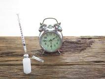 射入、瓶、药片和手表意味着射入的时刻的糖尿病患者要求胰岛素射入 免版税图库摄影