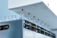 射入的不育的胶囊 在配药植物的装瓶专线的瓶 机器在检查以后不育 免版税图库摄影