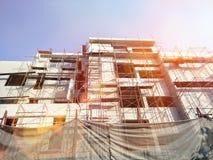射出大厦卫生业务的医院建筑在都市与起重机和工作者 免版税库存照片