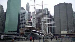 射击一个小船支持的码头在纽约 股票录像