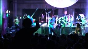 射击一些欢呼扇动在生活音乐会,慢动作 音乐会就座在肩膀和举的她的手女孩 股票录像