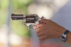 射击一把不锈钢左轮手枪 免版税库存图片