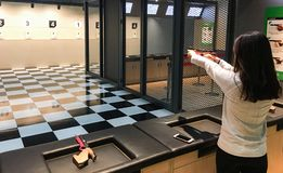 射击一把手枪为体育使用的妇女 免版税图库摄影