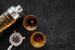 射击与冰和男服务员设备黑色桌背景顶视图空间的威士忌酒文本的 库存图片