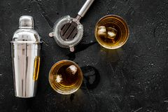 射击与冰和男服务员设备黑色桌背景顶视图空间的威士忌酒文本的 图库摄影
