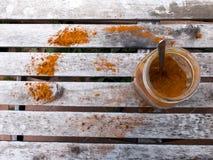 射击从上面采取一个开放罐头,包含橙色辣椒粉, 图库摄影