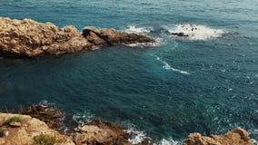 射击从峭壁的美丽的天蓝色的海 股票视频