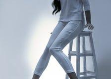 射击偶然白色牛仔裤和衬衣 免版税库存图片