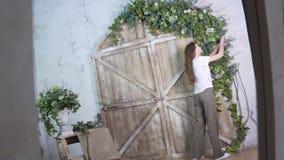 射击反射,时髦的女孩卖花人装饰有花的一个美好的木照片区域 库存图片