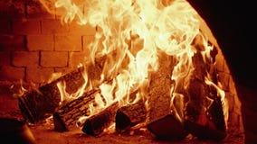 射击在传统俄国火炉,慢动作180 fps的燃烧 股票视频