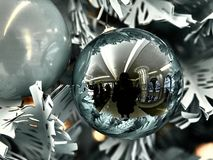 射击在圣诞树的一个球 免版税图库摄影