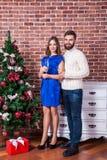 射击在庆祝圣诞节的爱的一对年轻愉快的夫妇 Holi 库存图片
