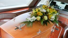 射击在柩车的一个五颜六色的小箱或教堂在葬礼或埋葬前在公墓 图库摄影
