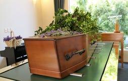 射击在柩车的一个五颜六色的小箱或教堂在葬礼或埋葬前在公墓 免版税库存照片