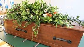 射击在柩车的一个五颜六色的小箱或教堂在葬礼或埋葬前在公墓 免版税库存图片