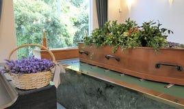 射击在柩车的一个五颜六色的小箱或教堂在葬礼或埋葬前在公墓 免版税图库摄影