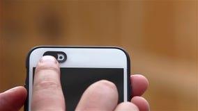 射击在电话的selfie凸轮盖子下的人 股票视频