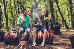射击地方,两对可爱的夫妇,好的森林视图 人是贪心的 免版税库存照片