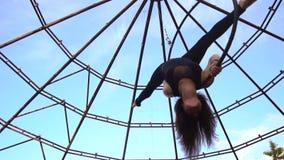 射击女孩的慢动作垂悬颠倒在空中杂技的圆环和做麻线 股票视频