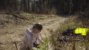 射击年轻树和测量他们的生态学家 股票录像