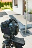射击房子外部、摄影师照相机、三脚架和ballhead 免版税库存照片