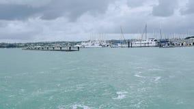 射击新西兰奥克兰bayswater小游艇船坞&城市视图 股票录像