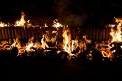 射击燃烧在烹调糯米的spathe椰子烤  免版税库存图片