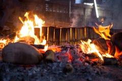 射击燃烧在烹调糯米的spathe椰子烤  图库摄影