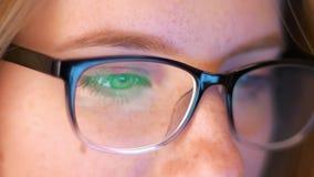 射击白种人妇女的特写镜头看在她的玻璃反映的屏幕,IT专家,聪明的现代人 影视素材