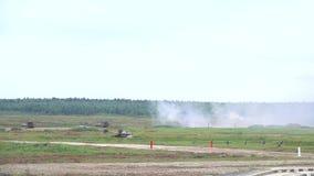 射击的俄国军队自走短程高射炮慢动作射击  股票视频