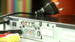 射击的关闭与人手拔去的音频和录影连接器 影视素材
