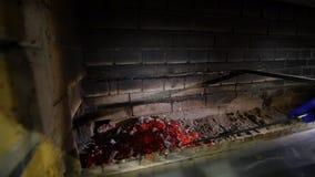 射击的内部壁炉关闭 火炉用具移动煤炭 股票录像