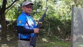 射击者在适应在实用射击锻炼期间的姿势被训练
