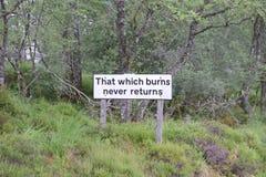 射击高地签署那烧从未退回英国苏格兰的原野的木森林森林地 库存图片
