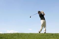 射击高尔夫球的高尔夫球运动员 免版税库存照片